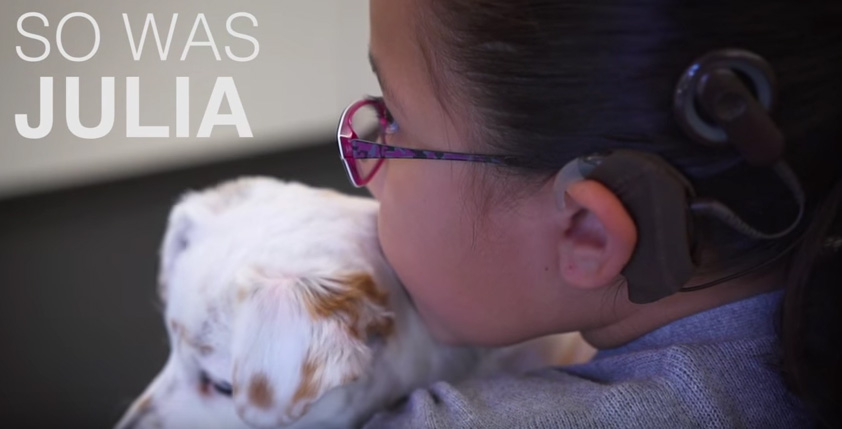 niña sorda abrazando a su perro