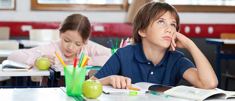 niño desorientado en un examen