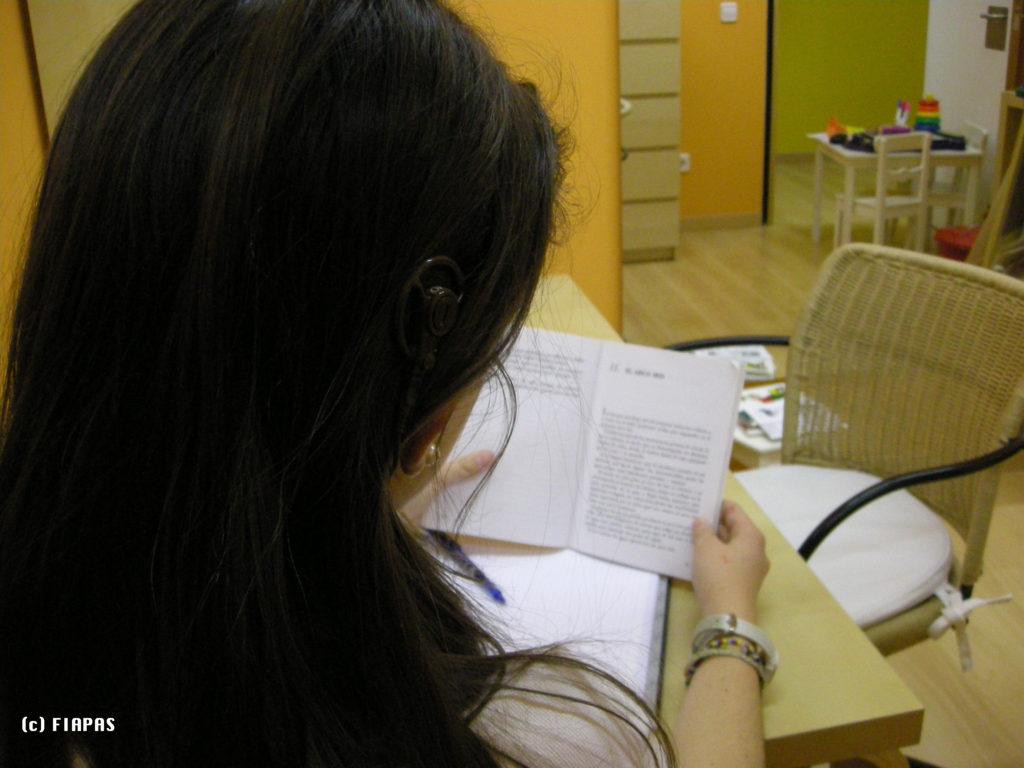 Imagen de una joven leyendo un libro