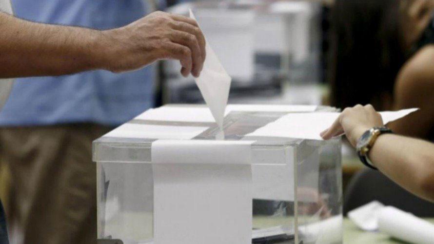Persona introduciendo voto en urna