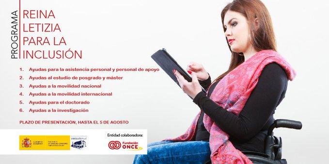 Mujer en silla de ruedas leyendo en una tablet el programa de ayudas