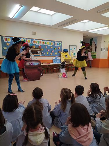 Niños prestando atención a las Brujas Colorean