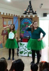 Conchita y Toñi llevando a cabo el taller con los niños del colegio