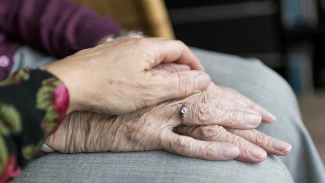 mano encima de mano de ancianno