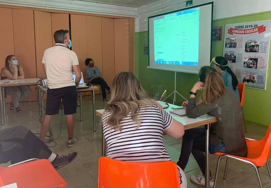 Profesor con asistentes al curso