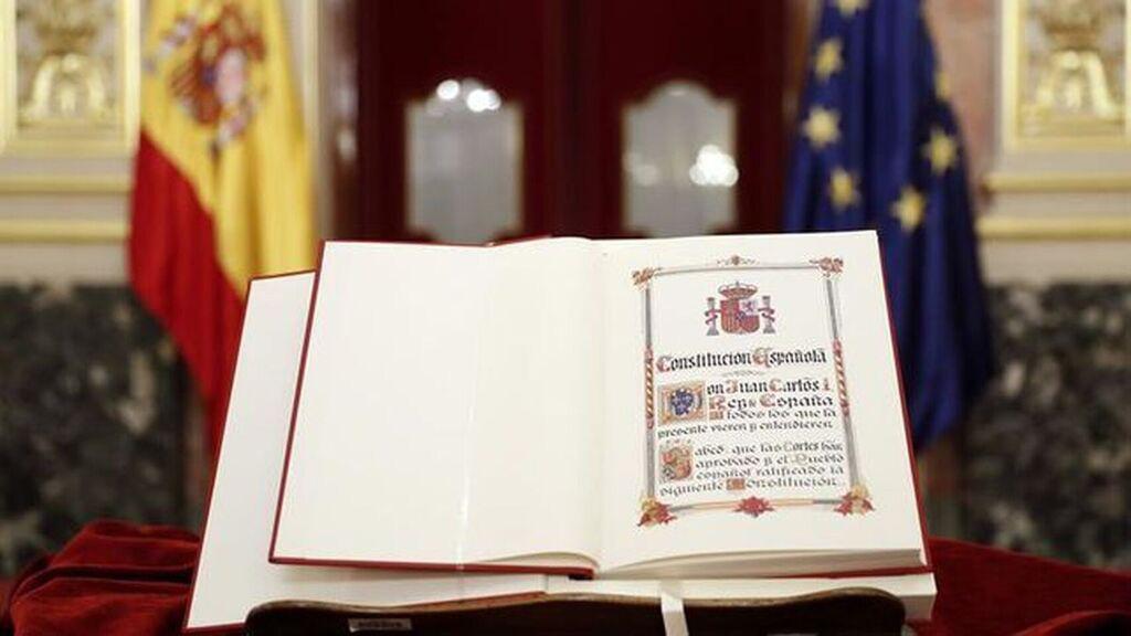Libro de la Constitución Española abierto en el Congreso