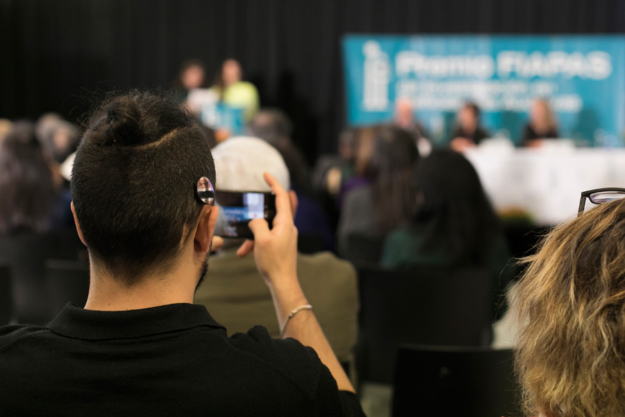 Joven con implante coclear en una conferencia