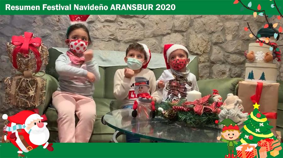 Niños disfrazados de Papá Noel en frente de una chimenea de piedra