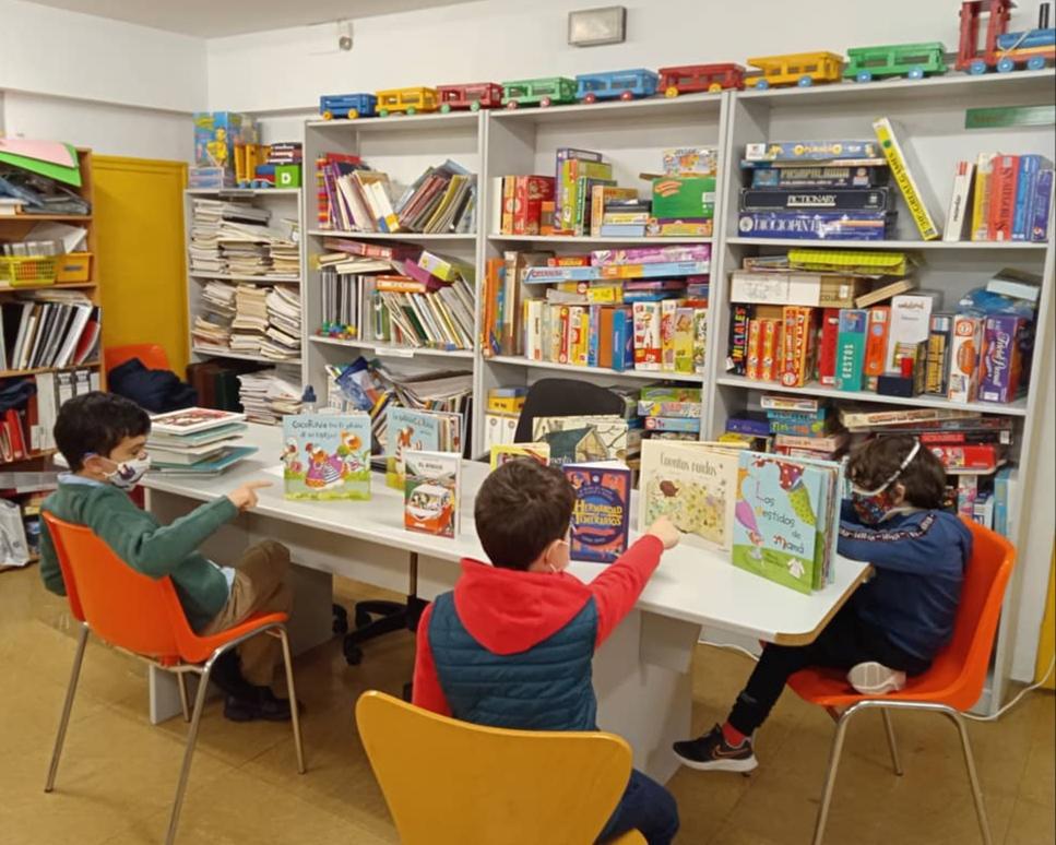 Niños en biblioteca leyendo cuentos