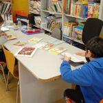 Niños en la biblioteca leyendo