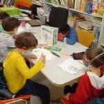 Niños en la biblioteca pintando