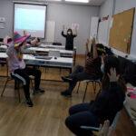 Clase con alumnos practicando lengua de signos
