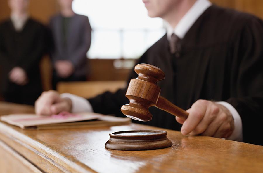 Juez con golpeando con el mazo en un tribunal