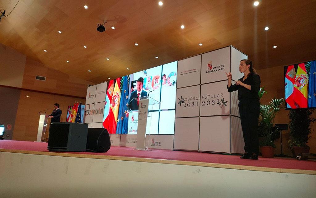 Intérprete de lengua de signos interpretando un discurso